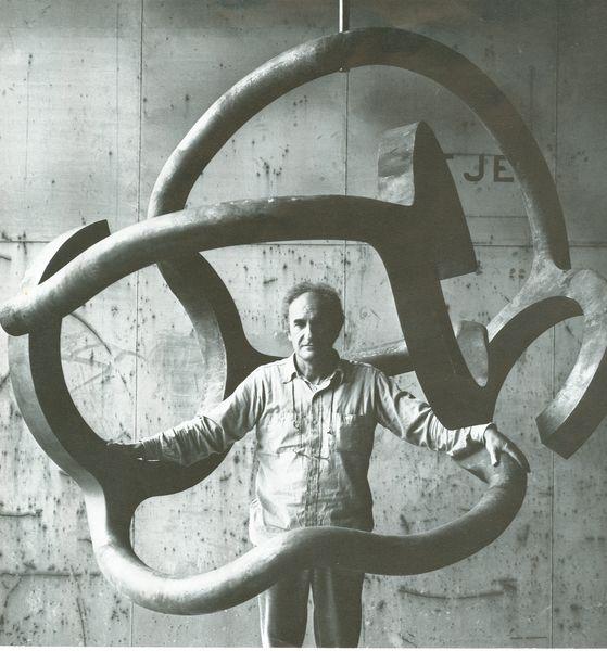 38--(1979)-- Chillida con Homenaje a Calder